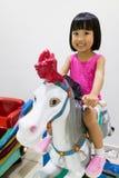 Азиатское маленькое китайское катание девушки на лошади Стоковые Фото