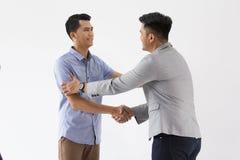 Азиатское молодое дело руки встряхивания дела Стоковые Изображения