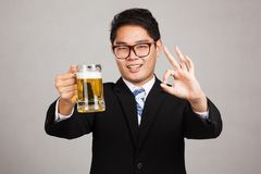 Азиатское О'КЕЙ бизнесмена с кружкой пива Стоковые Фото