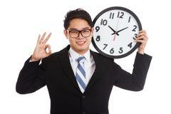 Азиатское О'КЕЙ выставки бизнесмена с часами Стоковое Изображение RF