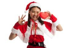 Азиатское О'КЕЙ выставки девушки Санта Клауса рождества с красным сердцем Стоковое Изображение RF