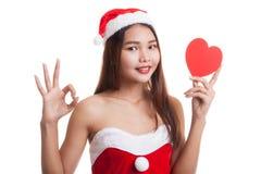 Азиатское О'КЕЙ выставки девушки Санта Клауса рождества с красным сердцем Стоковое Фото