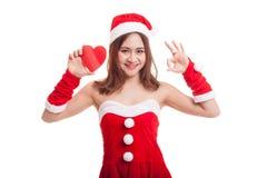 Азиатское О'КЕЙ выставки девушки Санта Клауса рождества с красным сердцем Стоковые Изображения