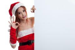 Азиатское О'КЕЙ выставки девушки Санта Клауса рождества с пустым знаком Стоковые Изображения RF