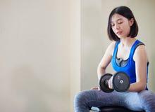 Азиатское поднятие тяжестей тренировки женщины на спортзале, Стоковое Фото