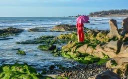 Азиатское положение женщины на пляже стоковое фото