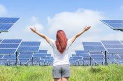 Азиатское положение женщины подняло вверх оружия празднует успех свободы достижений в электростанции фотоэлемента стоковое фото