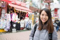 Азиатское посещение женщины на улице Takeshita Стоковое Изображение
