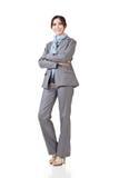Азиатское положение бизнес-леди, усмехаясь на камере стоковое изображение rf