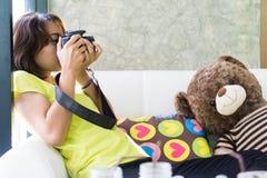 Азиатское предназначенное для подростков фотография фотографа дилетанта практикуя Стоковое Изображение