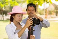 Азиатское предназначенное для подростков фотография фотографа дилетанта практикуя Стоковое Изображение RF