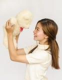 Азиатское предназначенное для подростков удерживание кукла медведя Стоковые Изображения RF
