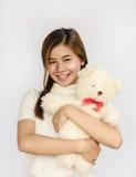 Азиатское предназначенное для подростков удерживание кукла медведя Стоковые Фотографии RF