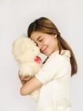 Азиатское предназначенное для подростков удерживание кукла медведя Стоковые Фото