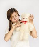 Азиатское предназначенное для подростков удерживание кукла медведя Стоковое фото RF