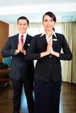 Азиатское приветствие штата гостиницы при руки положенные совместно стоковое фото