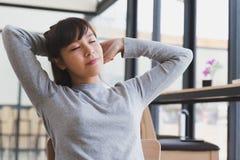 азиатское простирание себя девушки студента девушки вне после просыпать вверх стоковое фото
