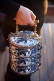 азиатское удерживание руки еды несущей традиционное стоковое изображение