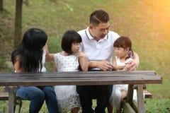 Азиатское усаживание семьи стоковое изображение rf