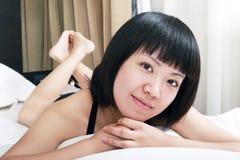 азиатское утро девушки ослабляя Стоковые Фото