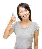 Азиатское хваление женщины с большим пальцем руки вверх Стоковые Фото