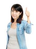 Азиатское хваление женщины с большим пальцем руки вверх Стоковое Изображение
