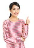 Азиатское хваление женщины с большим пальцем руки вверх Стоковые Изображения