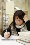 азиатское чтение девушки изучая кого Стоковое Изображение