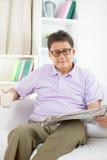Азиатское чтение старшего человека стоковые фото
