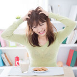 Азиатское чувство девушки пробуренное с ее завтраком Стоковое Фото