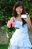 азиатское bouguet цветет женщина удерживания Стоковые Изображения RF