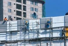 Азиатское scraffold рабочий-строителя, строительная площадка Стоковое Изображение RF
