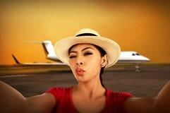 Азиатское selfie взятия женщины на авиапорте Стоковое Изображение RF