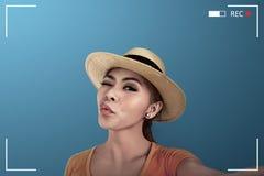 Азиатское selfie взятия женщины на камере Стоковое Изображение RF