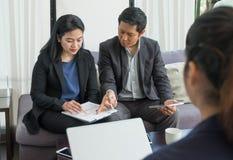 Азиатское togerther бизнесмена и коммерсантки работая в офисе, Стоковые Фотографии RF