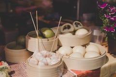 Азиат испарился плюшки в бамбуковых распаровщиках на продовольственном рынке улицы Стоковые Фотографии RF