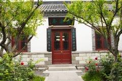 Азиат Китай, античные здания, дворы, красные двери и окна, белые стены, серые плитки Стоковое Изображение