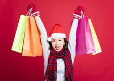 азиат кладет кавказский шлем в мешки девушки подарков экземпляра рождества смотря космос покупкы santa бортовой ся вверх по детен Стоковые Фотографии RF