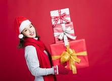 азиат кладет кавказский шлем в мешки девушки подарков экземпляра рождества смотря космос покупкы santa бортовой ся вверх по детен Стоковое Фото