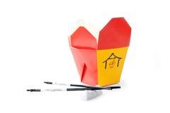 азиат кладет белизну в коробку быстро-приготовленное питания Стоковые Фото