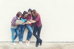 Азиат людей молодых и взрослых людей используя компьютер-книжку для информации, social, технологии, сети, покупок и educatio стоковые фото
