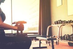 Азиат резвится женщина делая тренировки с весами гантели в спортзале Стоковое Изображение RF