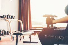 Азиат резвится женщина делая тренировки с весами гантели в спортзале Стоковая Фотография RF