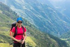 азиат укладывая рюкзак красивейший женский hiker hiking детеныши вулкана tenerife teide Испании ландшафта модельные сценарные оче Стоковые Изображения RF