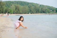 Азиат ягнится тайская девушка играя на летних каникулах пляжа Стоковое фото RF