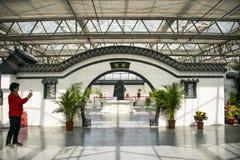 Азия Китай, Пекин, аграрная масленица, крытый выставочный зал, дверь ŒRound ¼ sceneï, белая стена, серая плитка, окно цветка Стоковые Фото