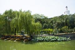 Азия Китай, Пекин, парк Beihai, белая башня, пруд лотоса, шлюпка, стоковое фото