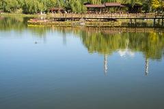 Азия Китай, Пекин, парк Guta, деревянный мост, деревянный дом Стоковая Фотография RF