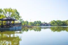 Азия Китай, Пекин, парк Guta, деревянный мост, деревянный дом Стоковые Фотографии RF