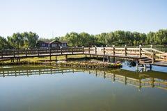 Азия Китай, Пекин, парк Guta, деревянный мост, деревянный дом Стоковое Изображение